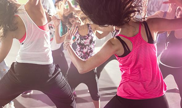 Groupe dansant la zumba à la salle de sport Burpees Studio