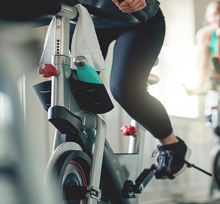 Femme sur un vélo d'appartement