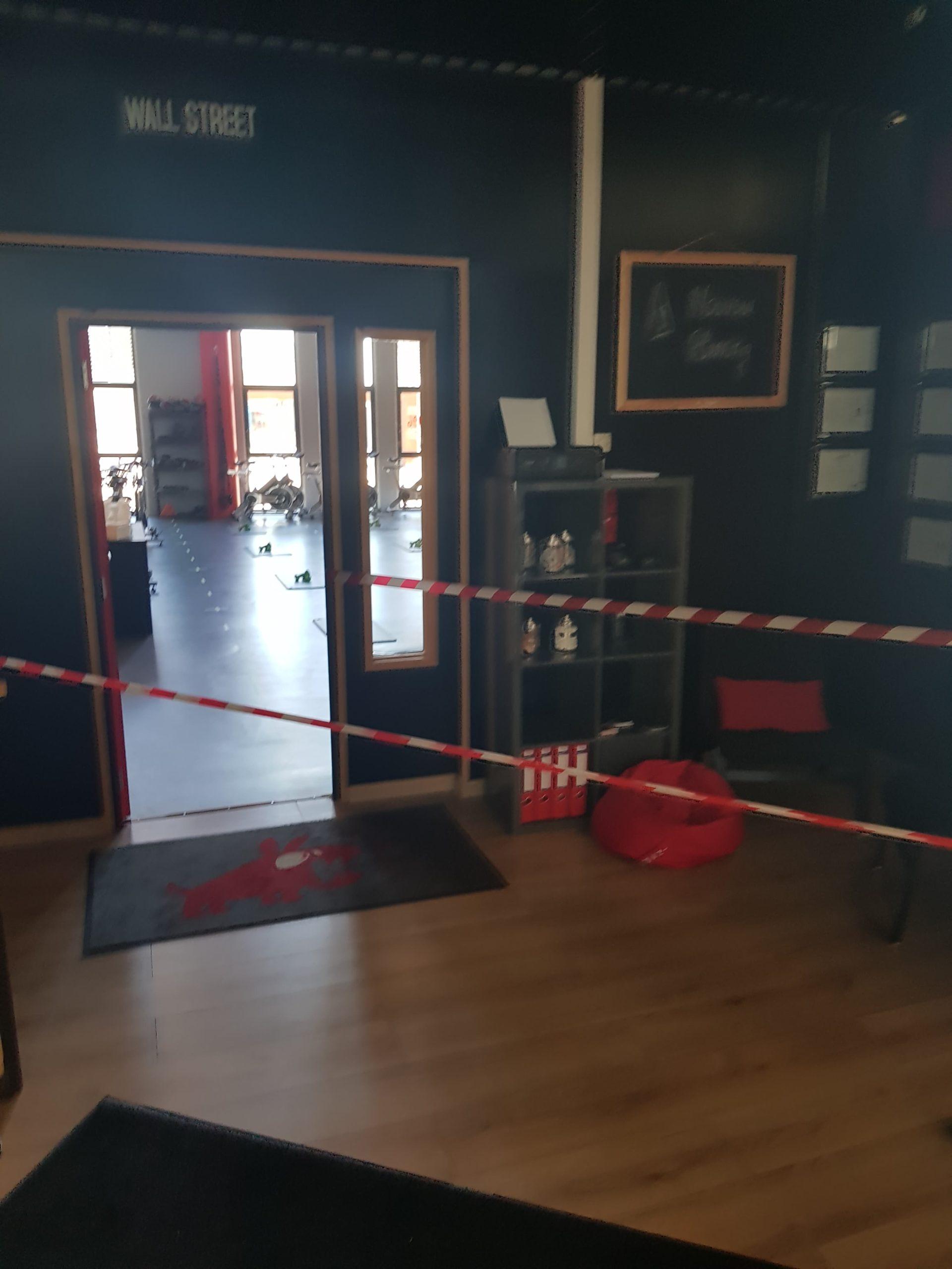 mesures barrières des rubalises oriente l'entrée dans la salled e sport